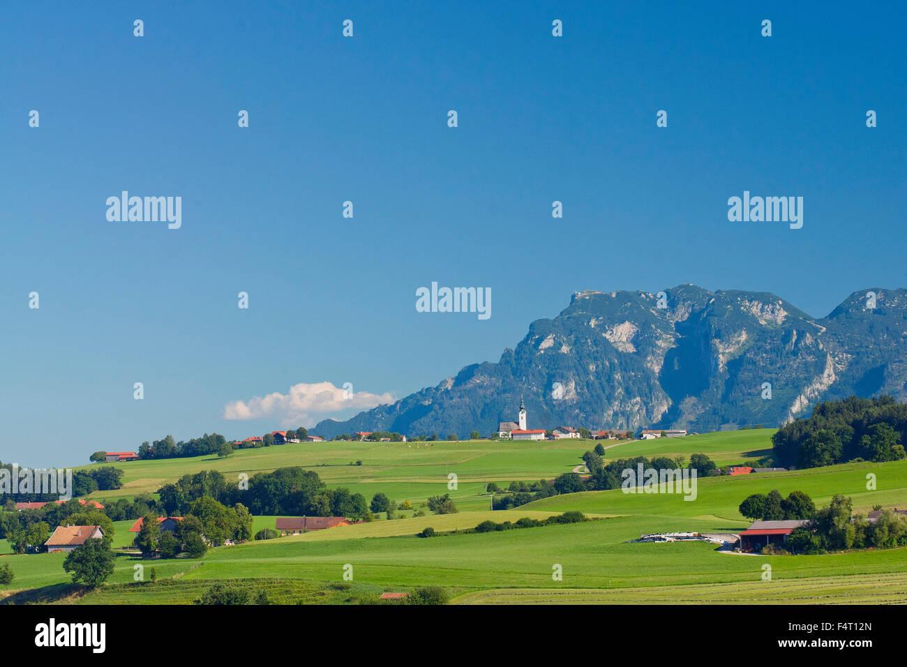 sommerliches Panorama vom Ulrichshögl auf den Untersberg in den Rupertiwinkel Stockfoto
