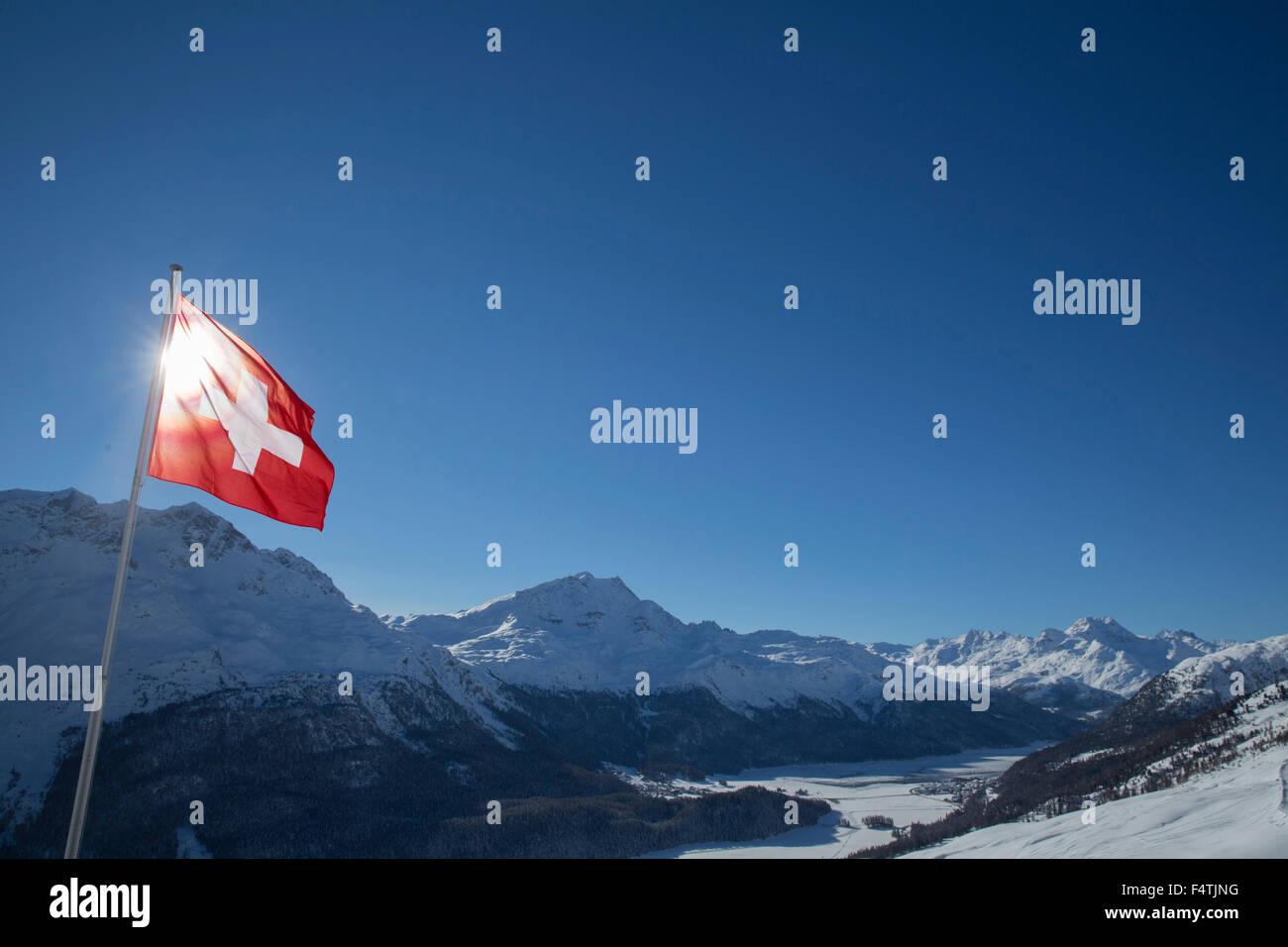Schweizer Flagge über Engadin Stockbild