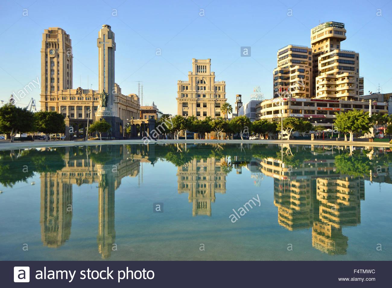 Plaza de España (Spanien Platz) Wasserreflexion, Stadtzentrum von Santa Cruz De Tenerife, Kanarische Inseln Stockbild
