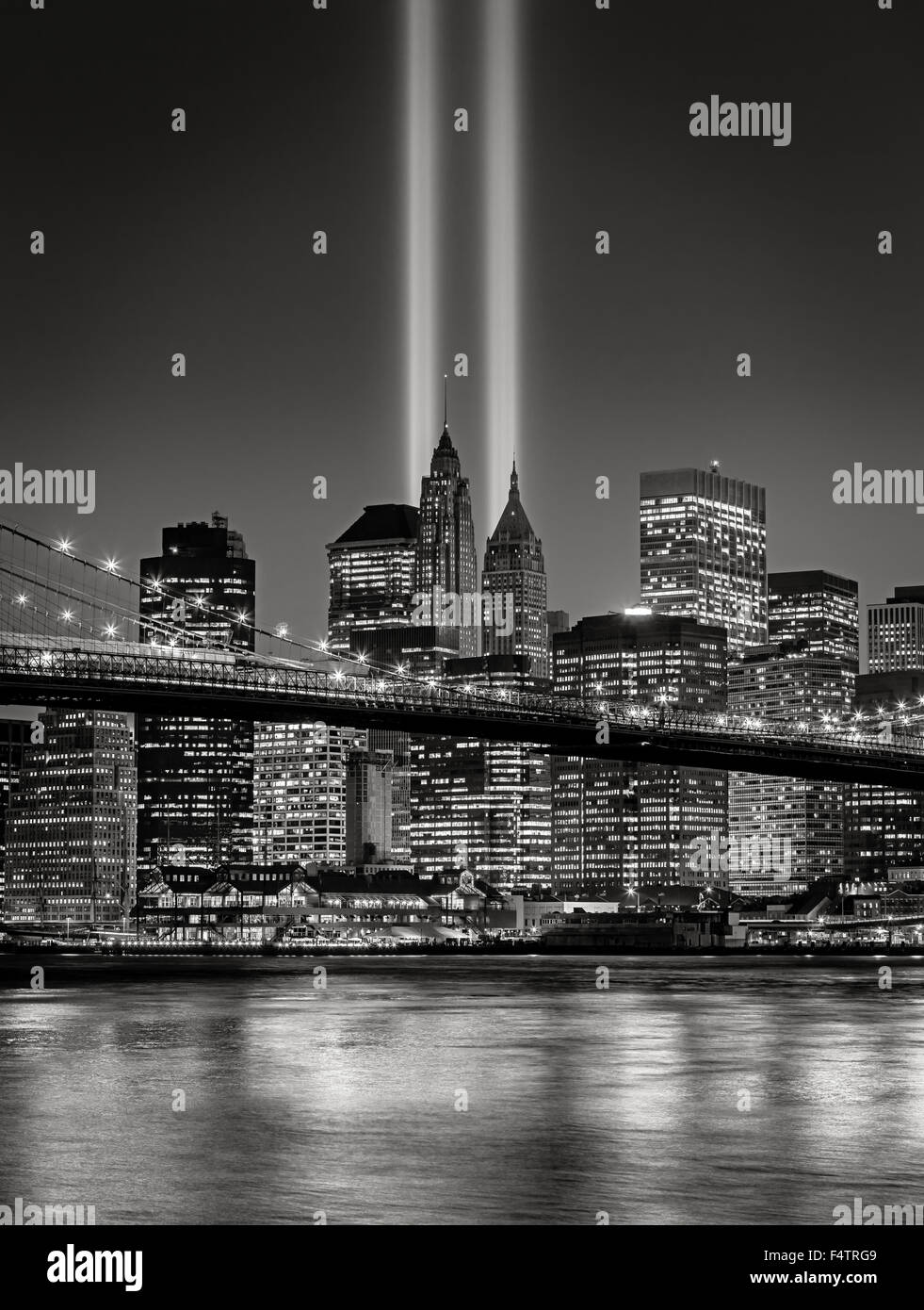 Der Tribute in Light, in Lower Manhattan mit beleuchteten Wolkenkratzern des Financial District in New York City Stockbild