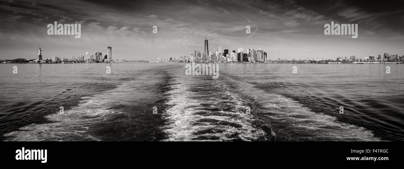 Panorama schwarz-weiß & New York Skyline mit Lower Manhattan und Financial District Wolkenkratzer und die Stockbild