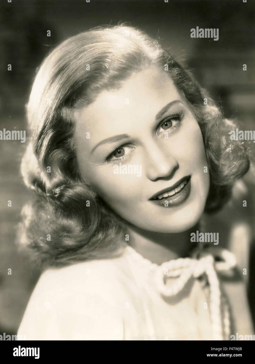 Ein Model Tragt Eine Typische 50er Jahre Frisur Stockfoto Bild
