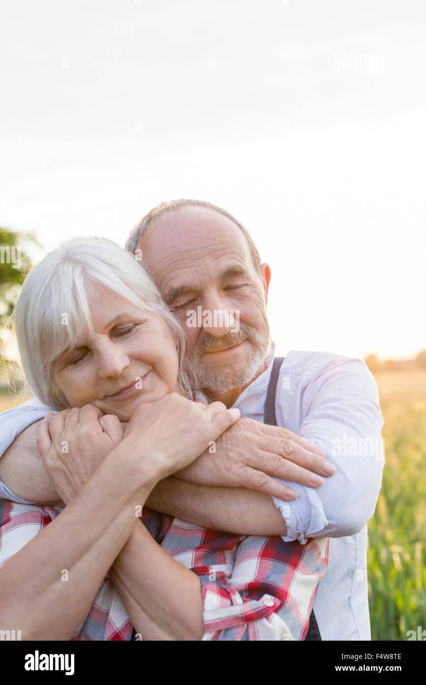 Nahaufnahme Portrait heitere älteres paar umarmt mit geschlossenen Augen Stockbild