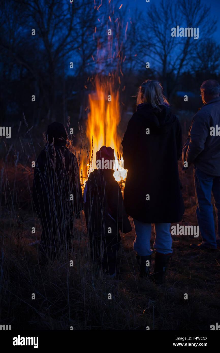 Schweden, Närke, Filipshyttan, Großvater mit Enkel (6-7,8-9,16-17) Blick auf Lagerfeuer Stockbild