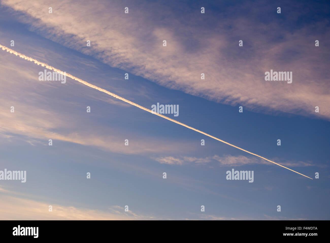 Niedrigen Winkel Ansicht von Kondensstreifen im Himmel Stockbild