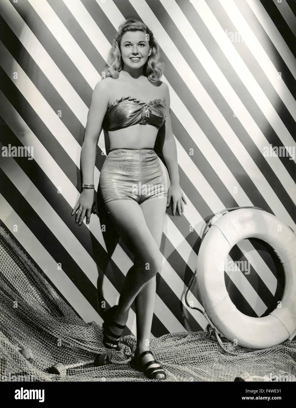 Ein Model trägt einen Badeanzug zweiteiligen 40er Jahre Stockbild