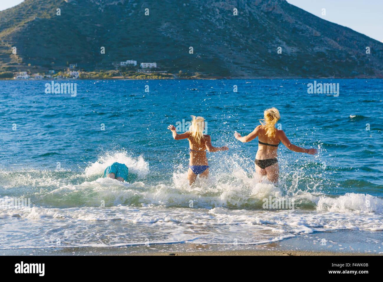 Griechenland, Dodekanes, Kalymnos, zwei Frauen laufen ins Meer Stockbild