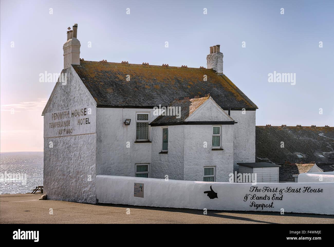 Penwith Haus, erste und letzte Gästehaus bei Lands End, Cornwall, England, UK Stockbild