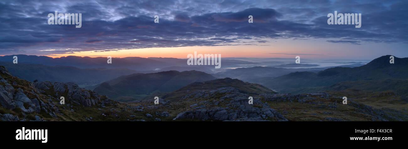 Sonnenaufgang vom Gipfel des Pike O'Blisco Seenplatte UK Stockbild