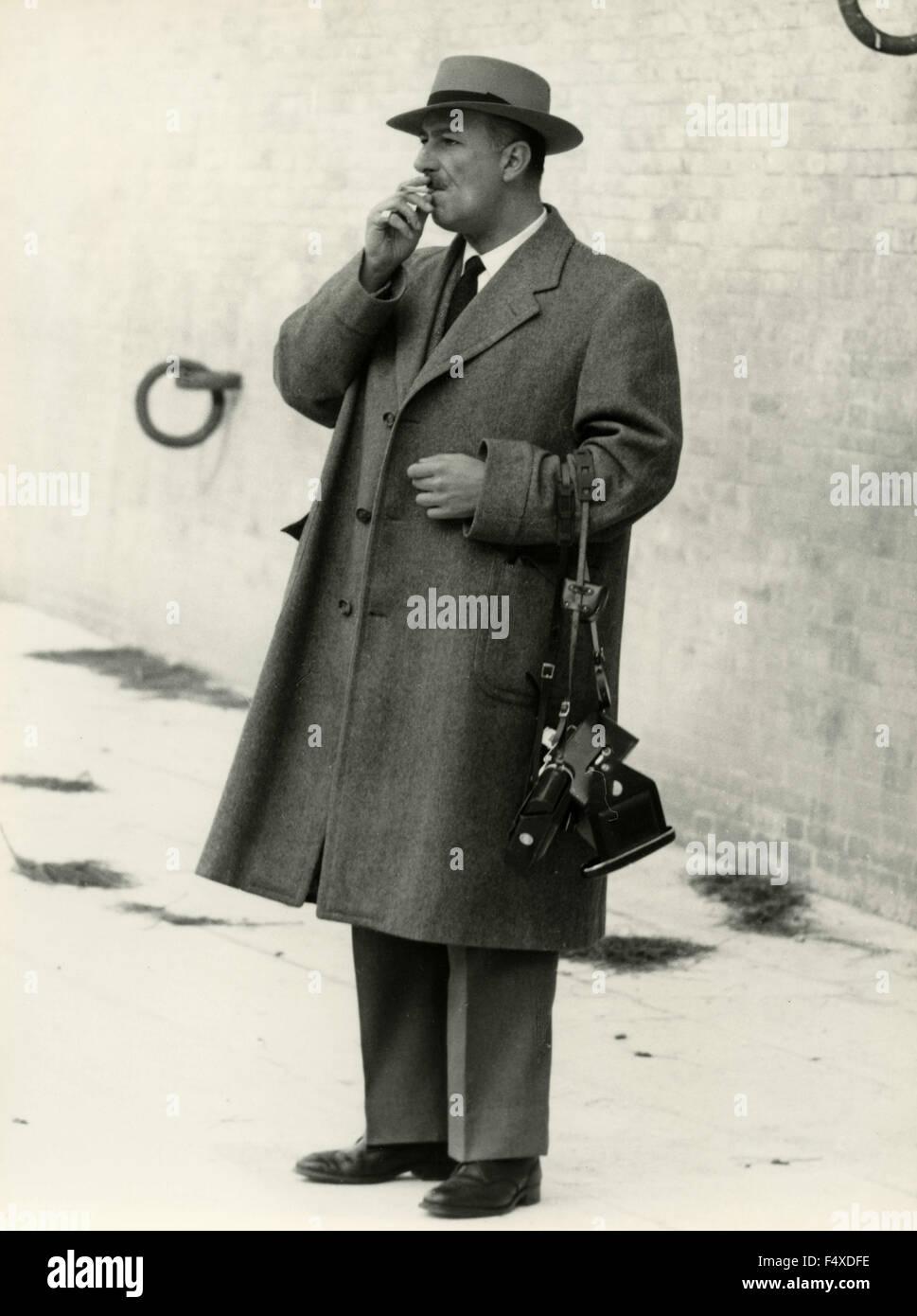 Ein Mann mit Hut, Mantel und Kamera, Italien Stockfoto, Bild