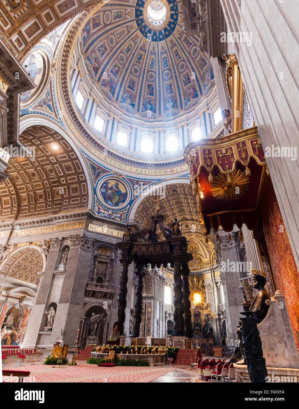 Innenansicht der päpstlichen Basilika St. Peter, Vatikan: Chor mit Berninis Baldacchino Altar unter der Hauptkuppel. Stockbild