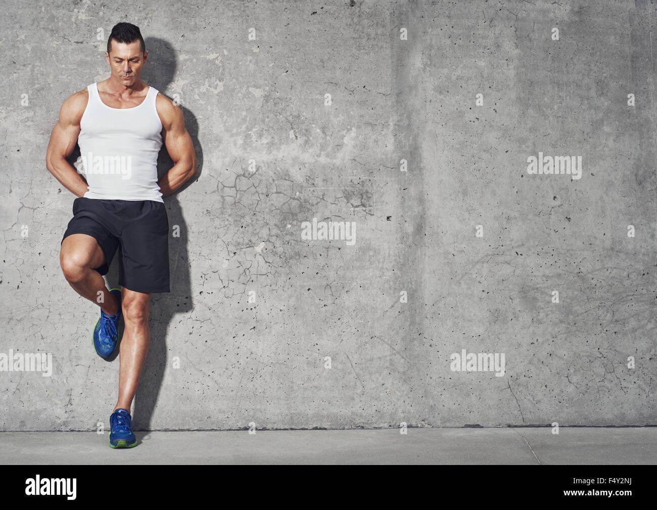 Fit und gesund Mann, muskulös Portrait, Fitness-Konzept mit textfreiraum auf grauem Hintergrund Stockbild