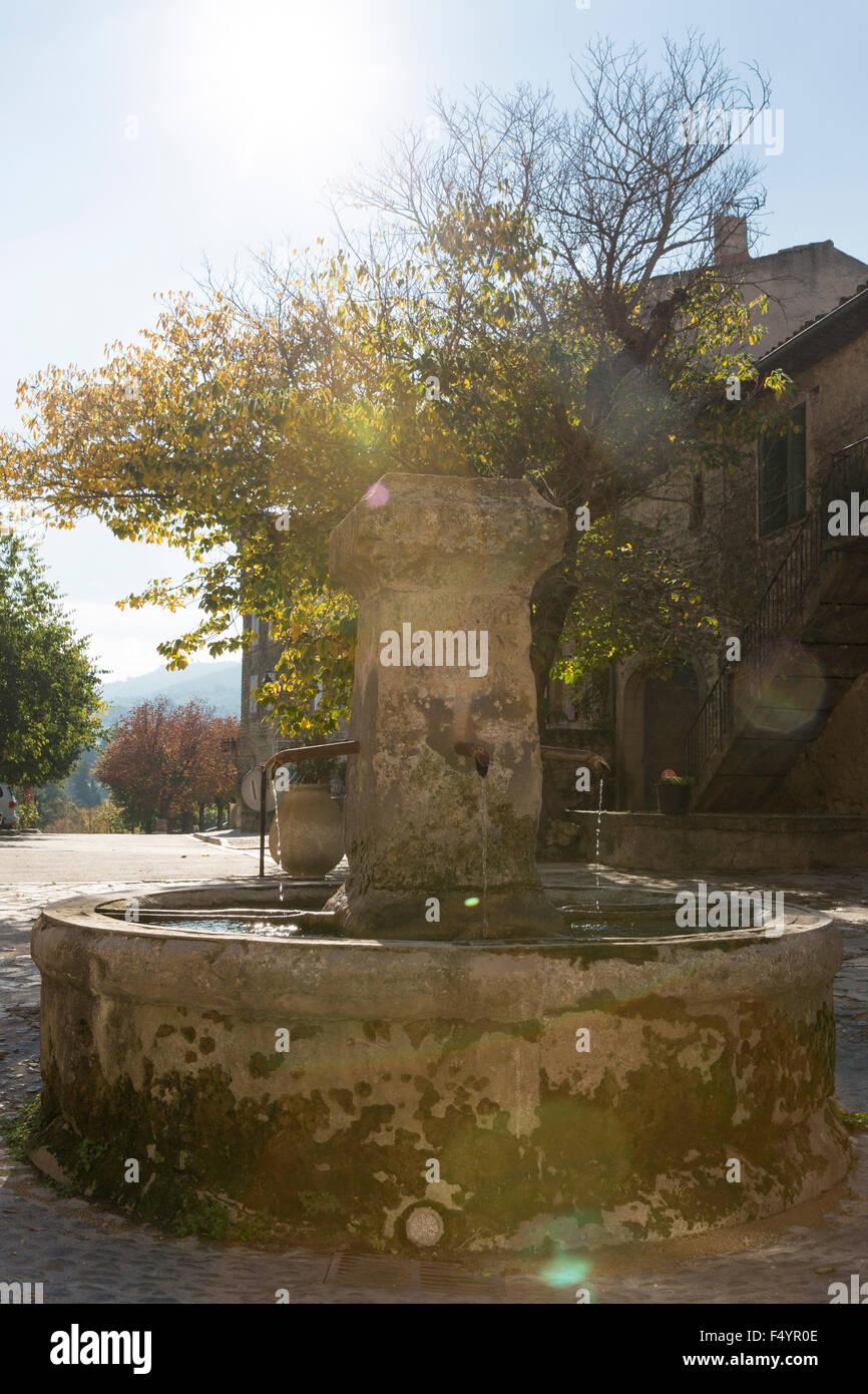 Brunnen in Grambois Stockbild