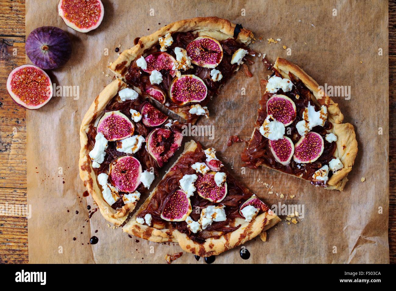 Feigen, karamellisierten Zwiebeln und Ziege Käse Torte Stockbild