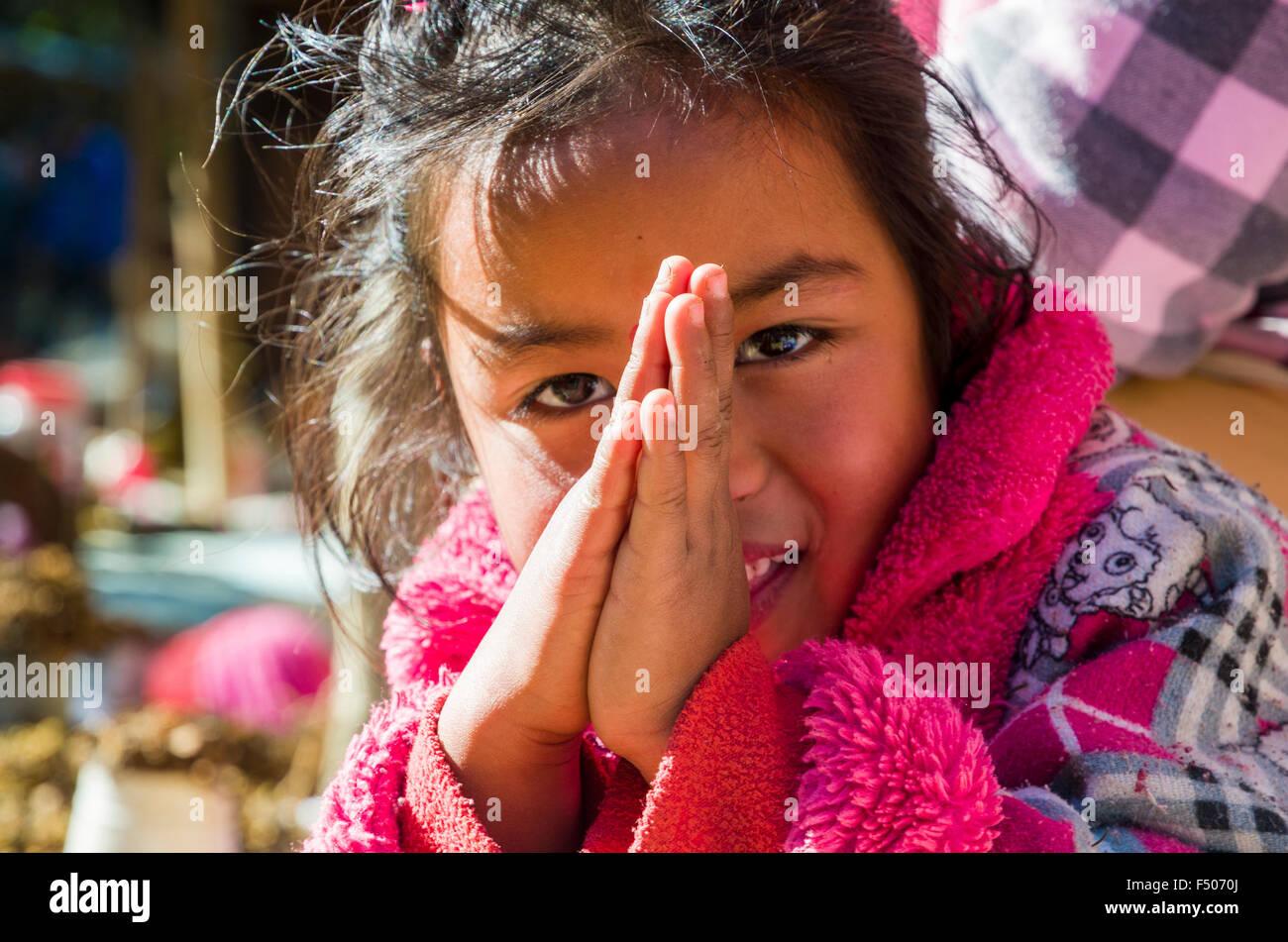 Porträt eines kleinen Kindes, beten Stockfoto