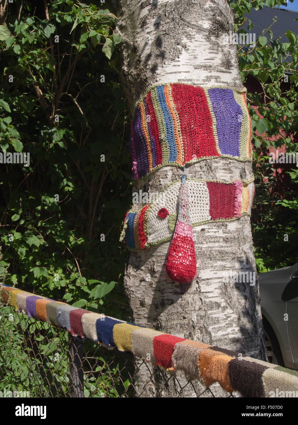 Häkeln Und Stricken Auf Baum Und Wire Mesh Zaun Nach Hause Basteln