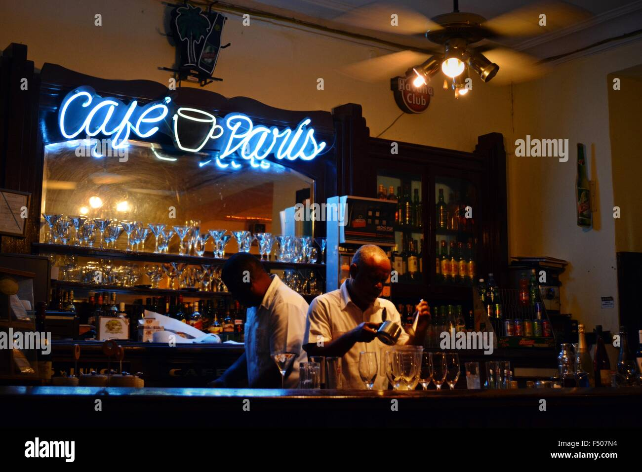 Cafe de Paris in der Nacht Interieur; Bar Angebote mischen Rum ...