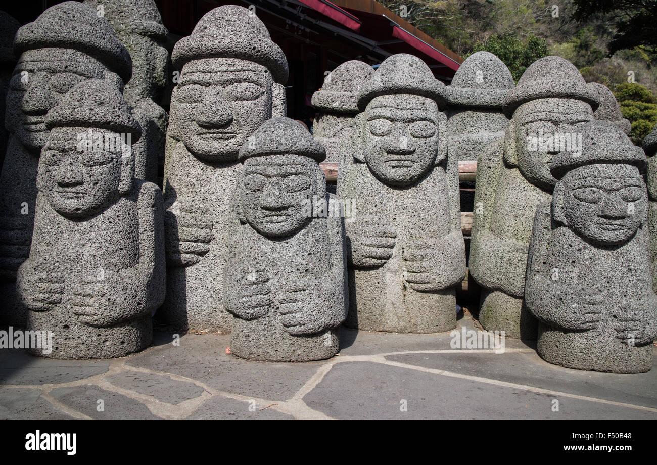 Koreanische Steinstatuen auf Jeju Insel der traditionellen Dol Hareubang, Götter des Schutzes und der Fruchtbarkeit Stockbild