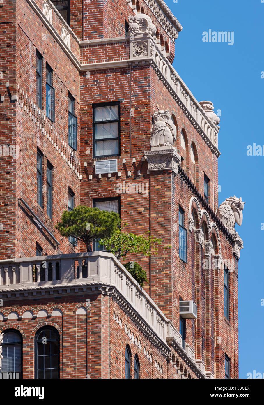 Architektonischen Details der Wand Backsteinbau mit Terrassen und Kartuschen, Chelsea, Manhattan, New York City Stockbild