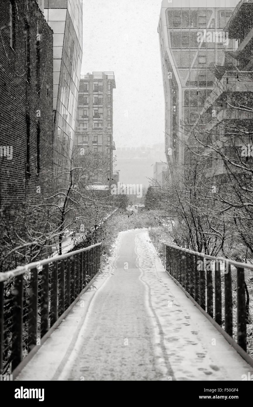 Chelsea High Line während eines Schneefalls. Winter-Blick auf Manhattans Antenne Greenway im Herzen von New Stockbild
