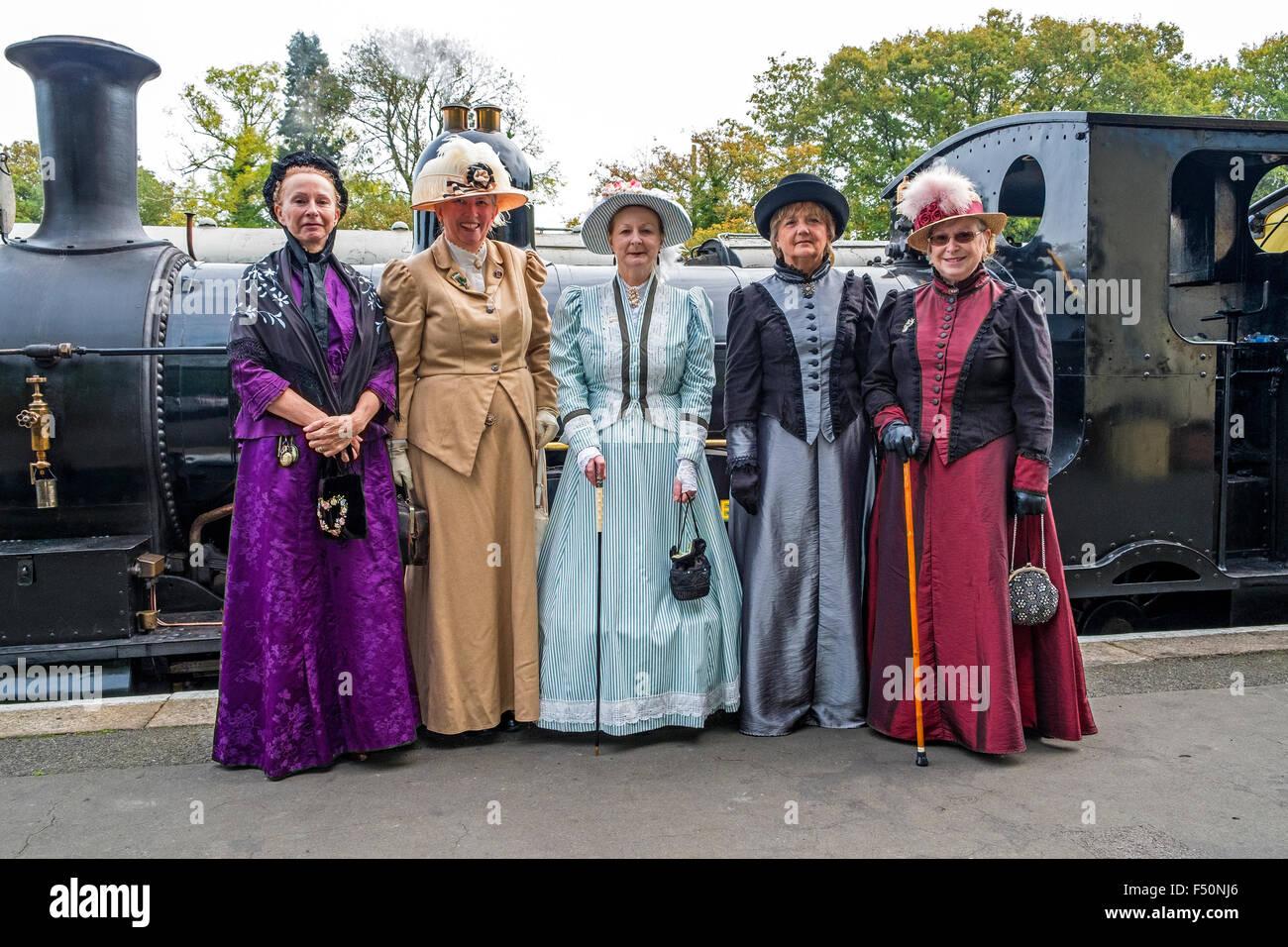 Gruppe Von Damen Im Viktorianischen Kleid Stockfotos und  bilder ...
