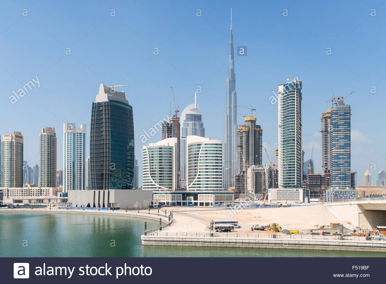 Skyline der Wolkenkratzer neben The Creek in der Business Bay in Dubai Vereinigte Arabische Emirate Stockbild
