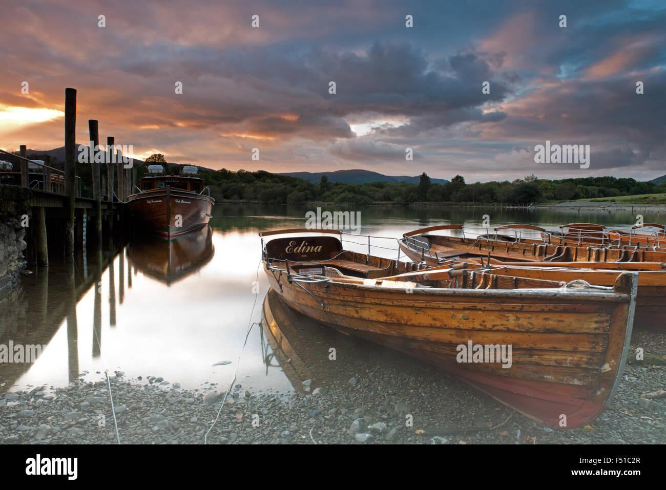 Ruderboote am Ufer des Derwent Water in der Nähe von Keswick bei Sonnenuntergang, Lake District, Cumbria, England, Stockbild