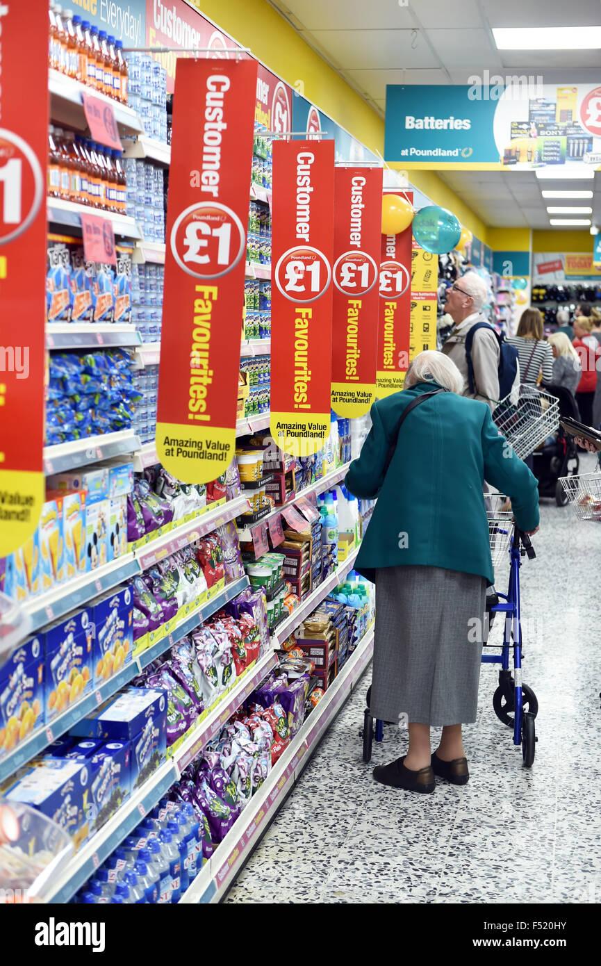 Rentner-Geschäfte an einem Poundland speichern UK Stockbild