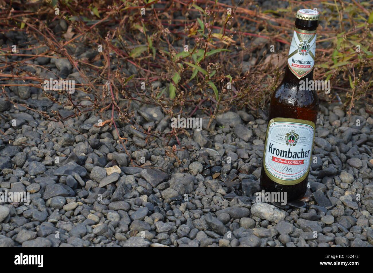 Illustrative Flasche alkoholfreies Bier in der Natur Stockbild