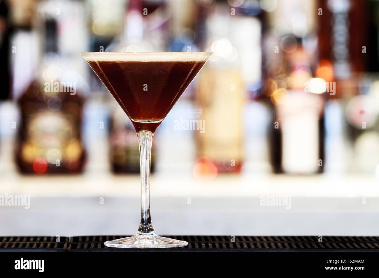 Espresso Martini Cocktail auf einen Balken oben Stockbild