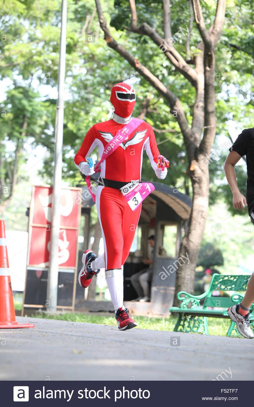 Bangkok - 23.Oktober: unbekannte Läufer nimmt tragen schicke Kostüm in Ekiden 2015 Marathon Staffel laufen Spaß Stockfoto