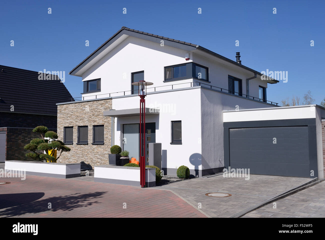 modernes haus mit garage deutschland nordrhein westfalen m nchengladbach stockfoto bild. Black Bedroom Furniture Sets. Home Design Ideas