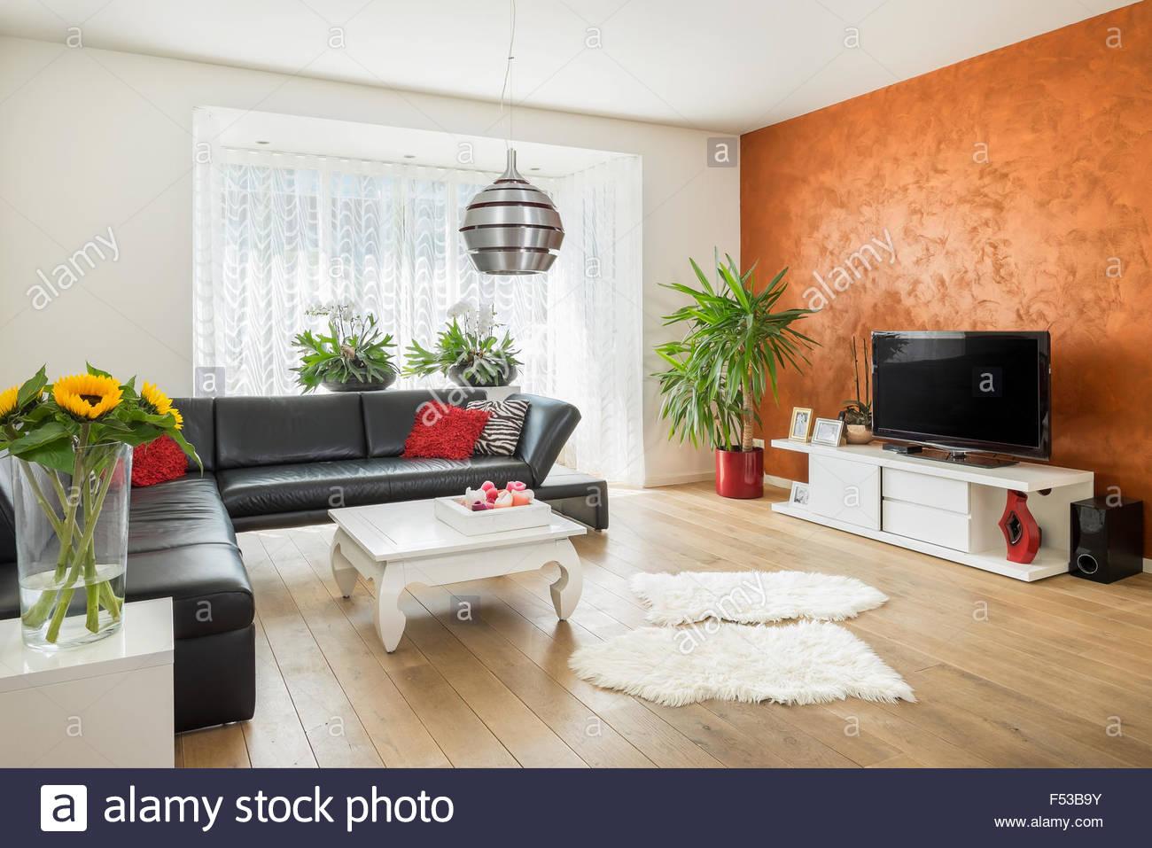 Inspirierend Haus Einrichtung Ideen Von Moderne, Helle Mit Holzboden Und Orange Wand