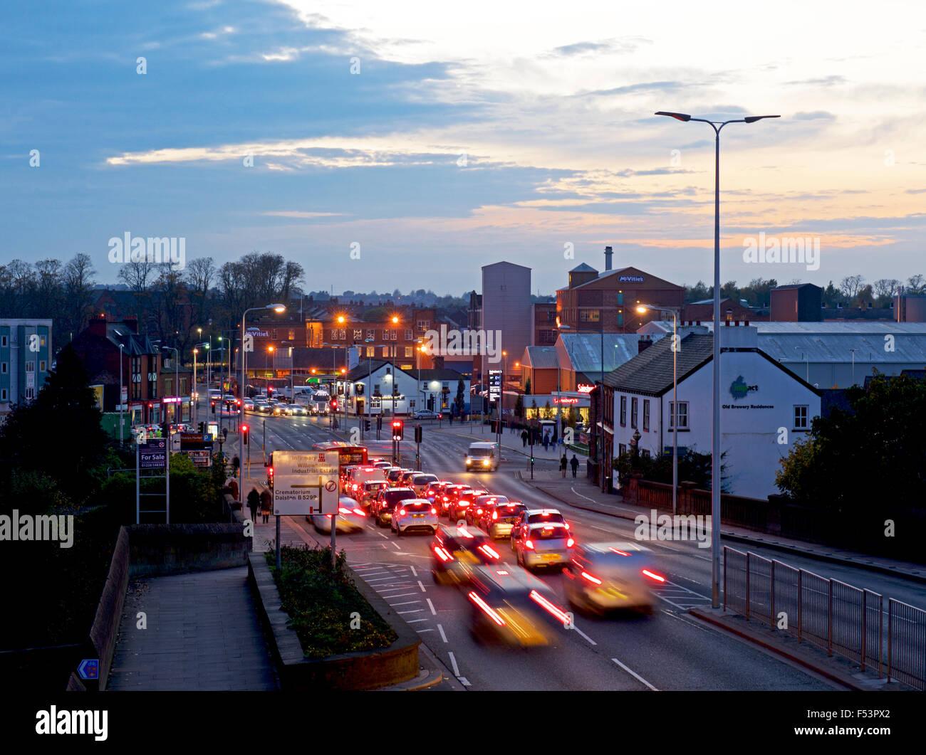 Feierabendverkehr in Carlisle, Cumbria, England UK Stockbild