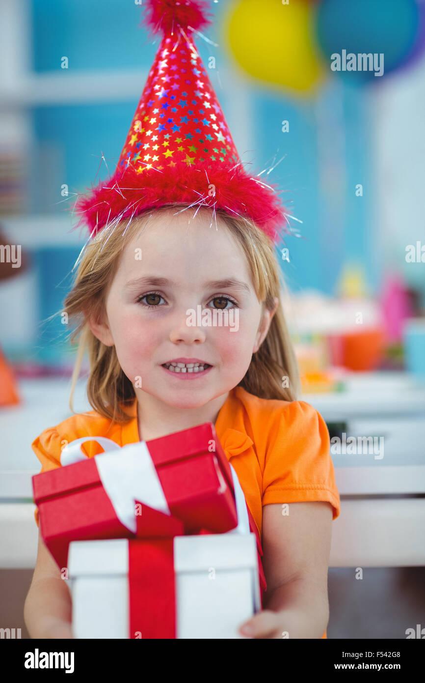 Lächelndes Mädchen auf Geburtstagsparty Stockbild