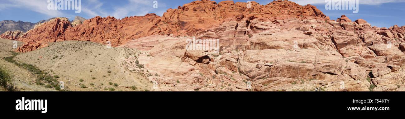 Panoramablick über Sandsteinfelsen der Red Rock Canyon Conservation Area in der Nähe von Las Vegas Nevada im amerikanischen Stockfoto