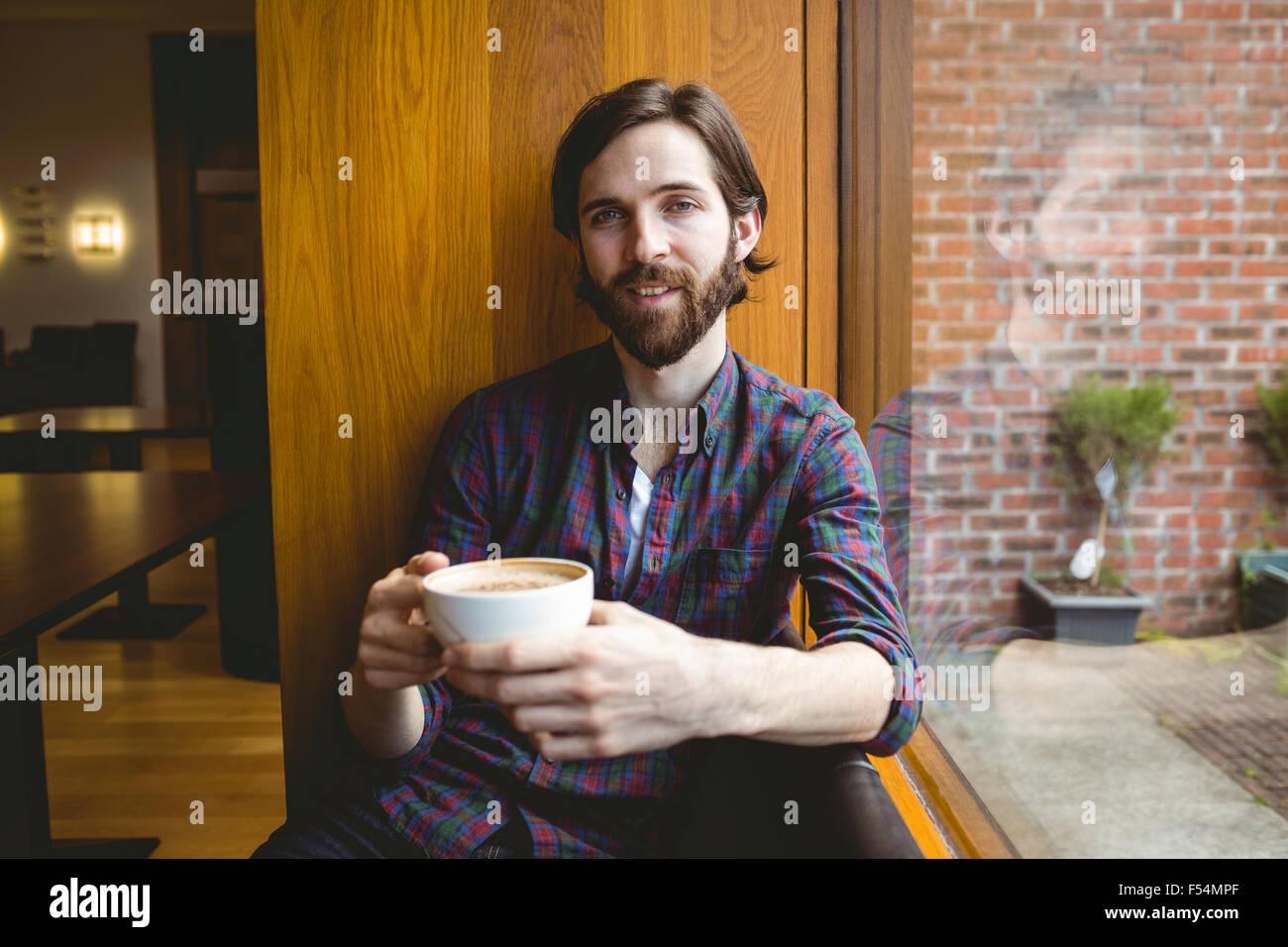 Hipster-Student Kaffeetrinken in Kantine Stockbild