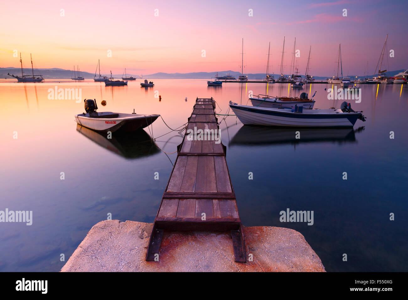 Milos-Bucht der Insel Milos vom Adamantas Hafen aus gesehen Stockbild