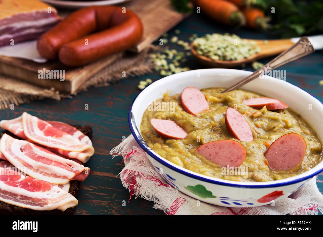Herzhafte traditionelle holländische Erbsensuppe mit geräucherter Wurst, Roggenbrot und Speck. Oder: 'Erwtensoep Stockbild