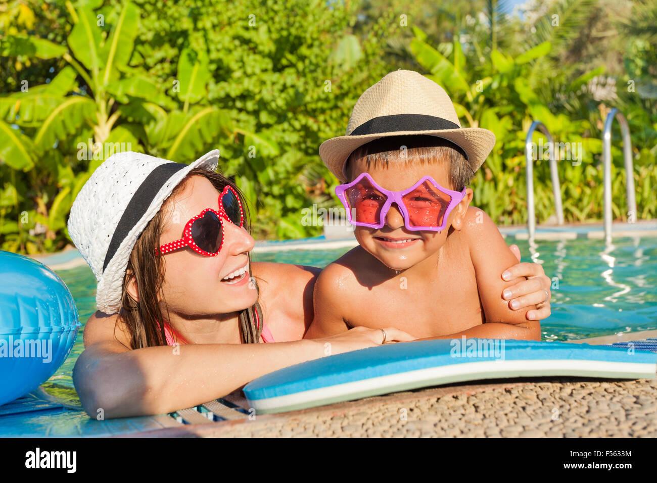 Glückliche Mutter und Sohn im Schwimmbad Stockfoto
