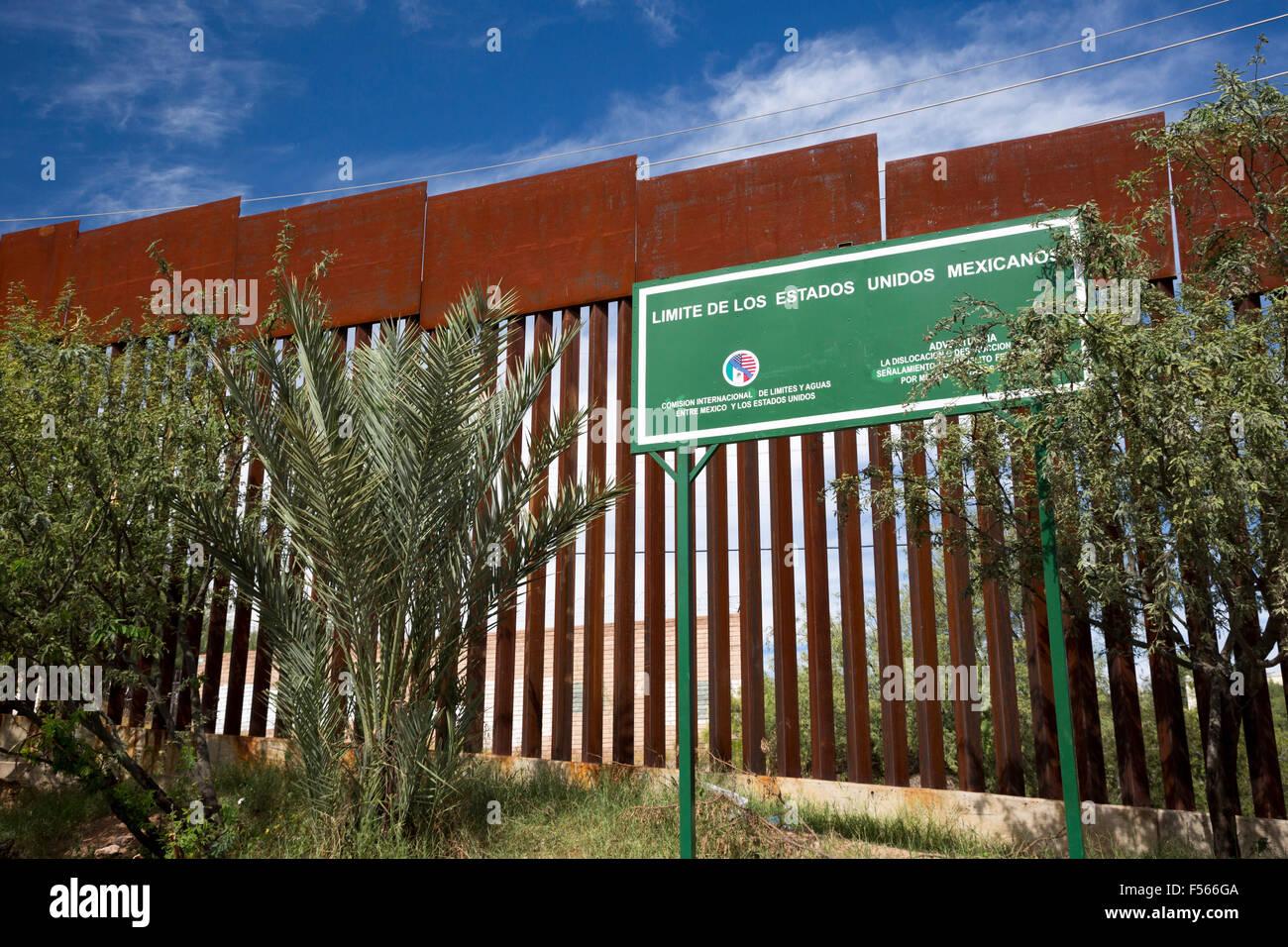 Nogales, Sonora Mexiko - Grenze Marker auf der mexikanischen Seite des Zauns, die die Vereinigten Staaten und Mexiko Stockbild