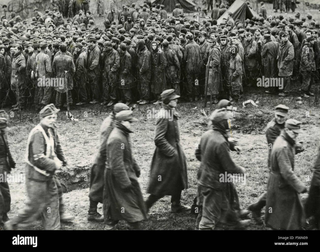 Deutsche Kriegsgefangene festgehalten durch amerikanische Truppen, Jülich, Deutschland Stockbild
