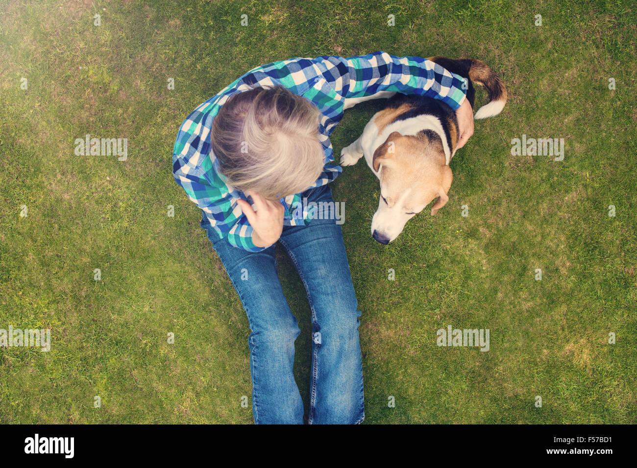 Ältere Frau mit ihrem Hund Stockbild