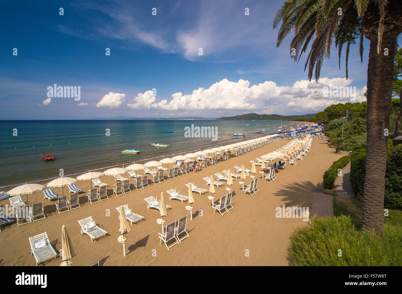 Liegestühle und Sonnenschirme Sonnenschirme am Strand von Punta Ala, Maremma, Toskana, Italien Stockbild