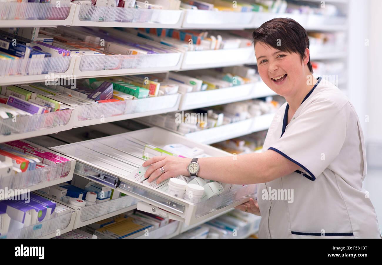 Eine Apothekerin bei der Arbeit in einer Apotheke / Apotheke in Süd-Wales, UK. Stockbild