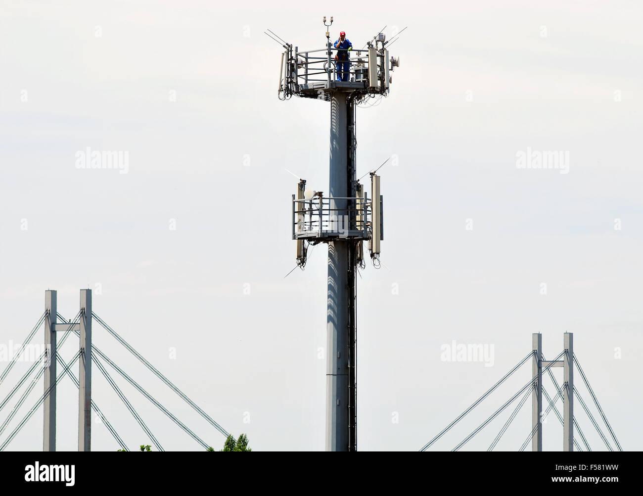 Stehen Sie für Antennen und die Brücke Stockbild