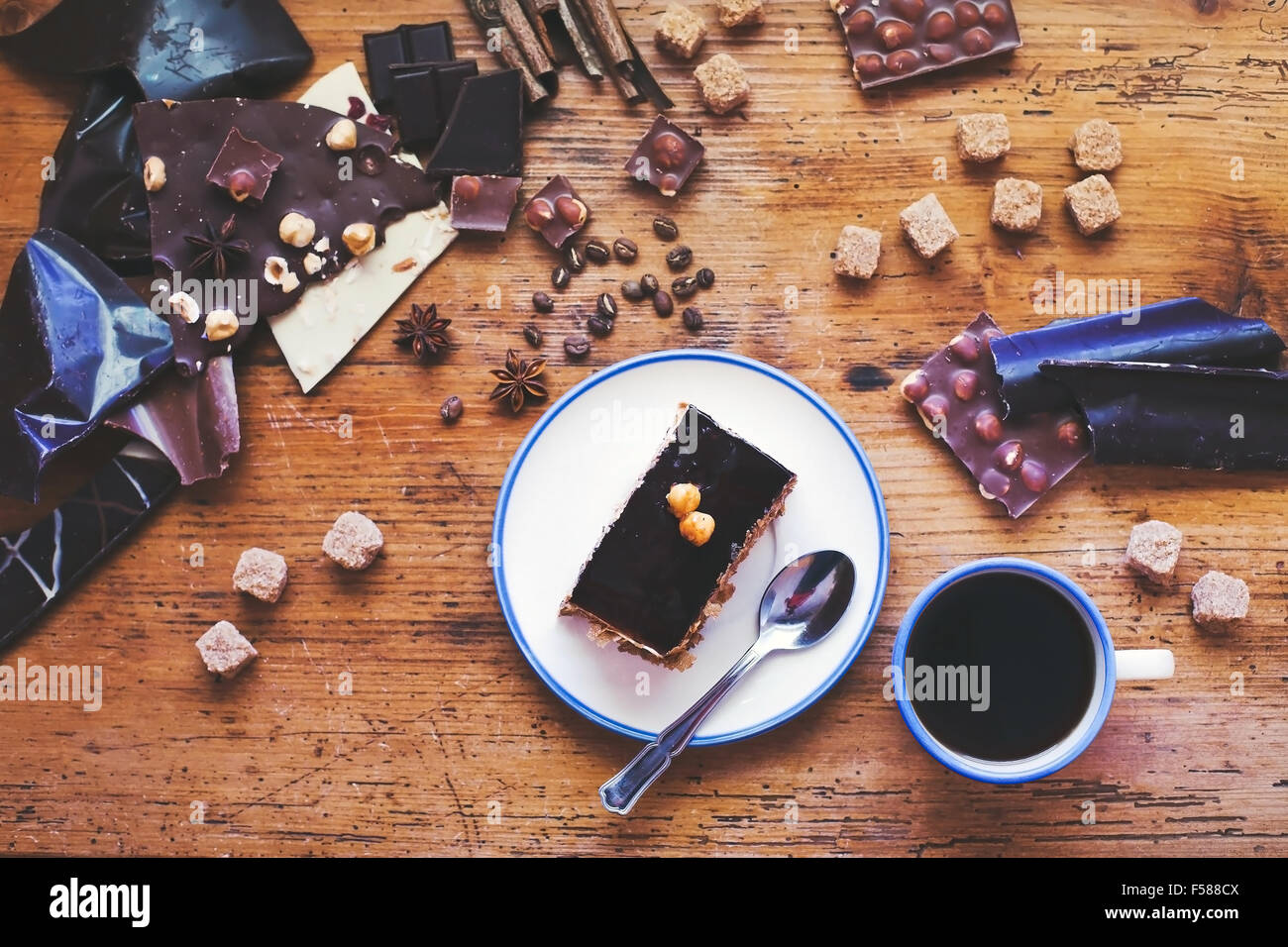 Schokoladen-Kuchen und Kaffee auf dem Tisch, süßes dessert Stockbild
