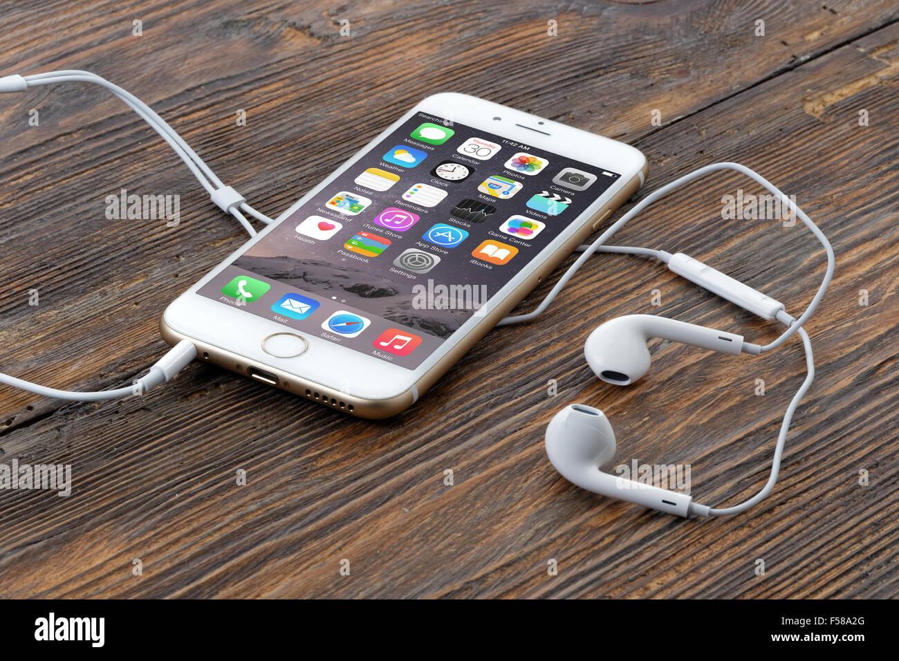 Goldene iPhone 6 auf hölzernen Hintergrund Stockbild