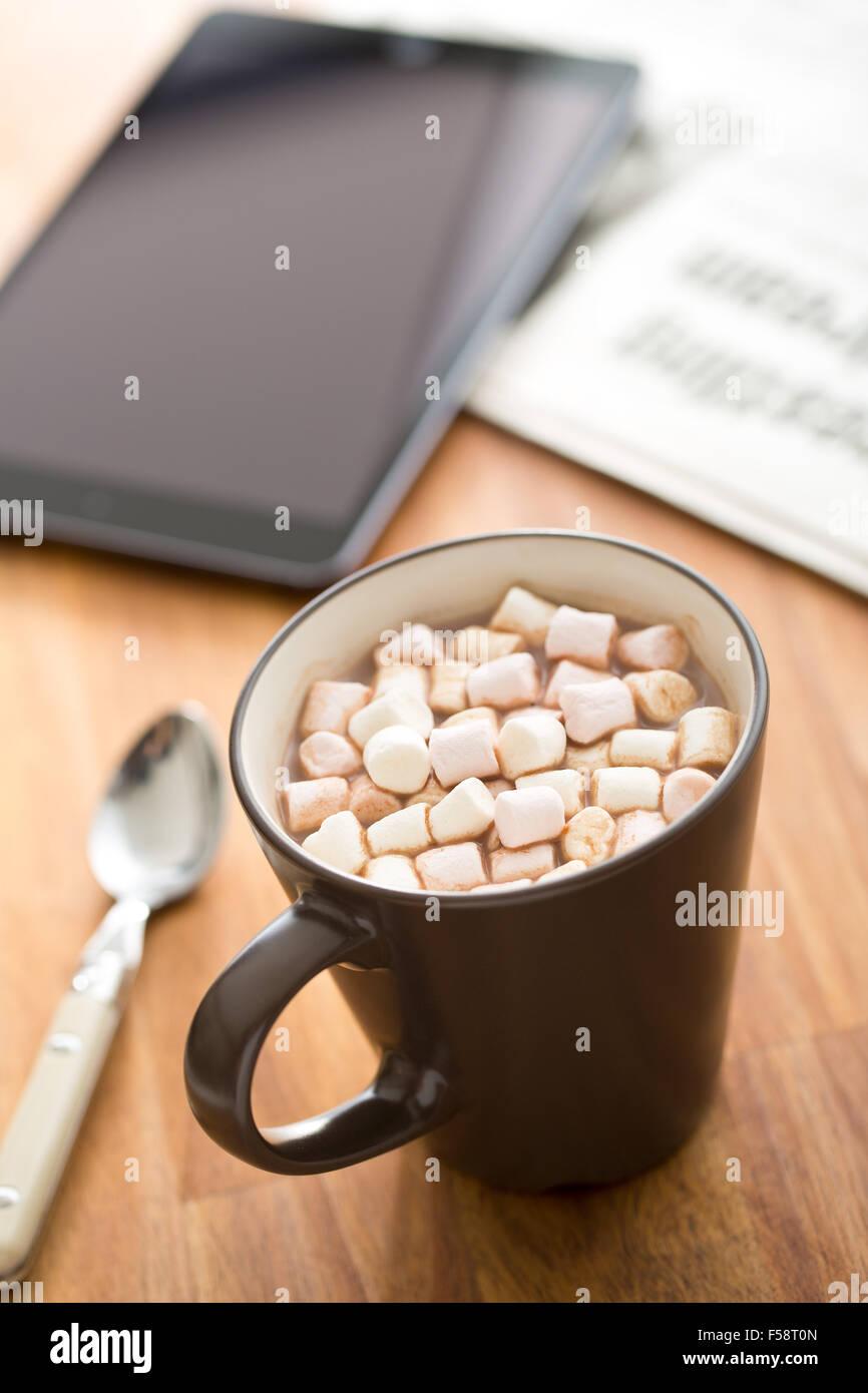 Kakaogetränk mit Marshmallows in Becher auf Tisch Stockbild