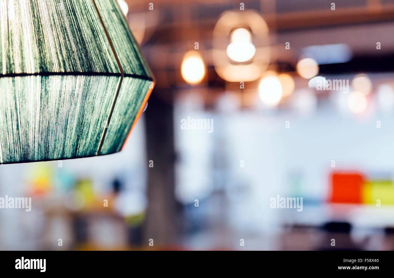 Innenbeleuchtung mit Lampen im Hintergrund unscharf Stockbild